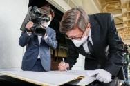 박형준 부산시장이 8일 오전 부산 동래구 충렬사를 찾아 참배한 후 방명록을 적고 있다. ⓒ뉴시스