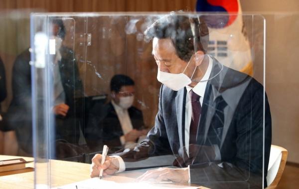 오세훈 서울시장이 8일 오전 서울시청으로 출근해 사무 인계·인수서에 서명하고 있다. ⓒ뉴시스