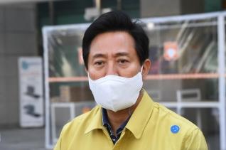 오세훈 서울시장이 9일 오후 서울 은평구 서울시립서북병원을 찾아 코로나19 대응 현황을 점검한 뒤 취재진의 질문에 답하고 있다.