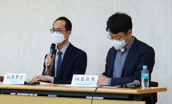 정형신 목사(왼쪽)가 '탈북민교회 기본 현황과 코로나19가 목회 현장에 미친 영향'에 대해 발제하고 있다.