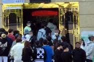수도권 유흥시설의 영업금지 행정명령 시행을 하루 앞둔 11일 오전 서울 강남의 한 유흥주점 클럽 앞에 젊은 사람들이 장사진을 치고 있다. 중앙재난안전대책본부에 따르면 코로나19 확산 억제를 위해 현행 사회적 거리두기를 오는 12일부터 다음 달 2일까지 3주간 연장하고 2단계 지역의 유흥시설 영업은 금지된다.