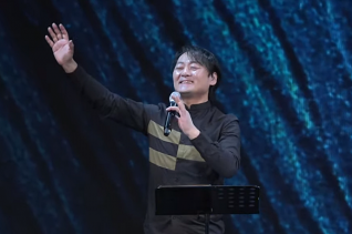 500일만에 재개된 '뉴젠워십' 설교를 전하는 천관웅 목사