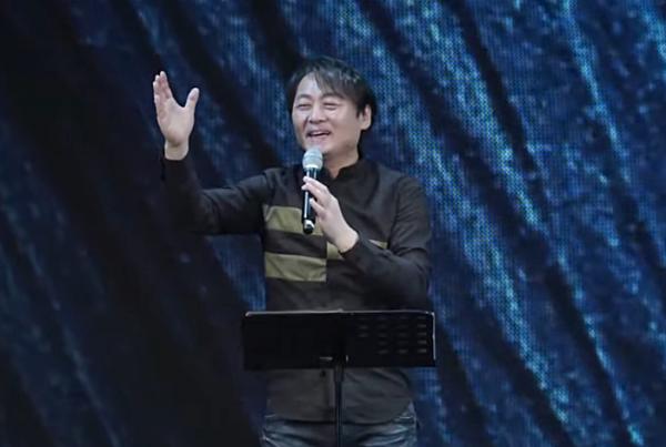 500일만에 재개된 뉴젠워십 설교를 전하는 천관웅 목사