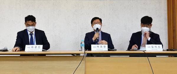 주제2 시간에 하광민 교수(맨 왼쪽)를 좌장으로 마요한 목사(가운데)가 '탈북민교회가 한국교회 북한선교 방향에 미친 영향'에 대해 발제하고 길이진 강도사(맨 오른쪽)가 논평했다.