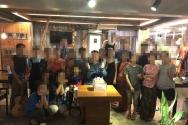 A 선교사가 그의 제자들과 함께 생일에 찍은 사진.