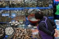 노량진수산시장 상인의 모습.