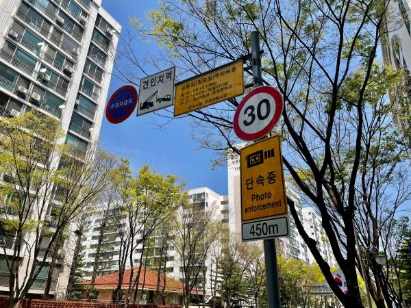 시내 곳곳에 표시된 50km, 30km 속도 제한 표시판