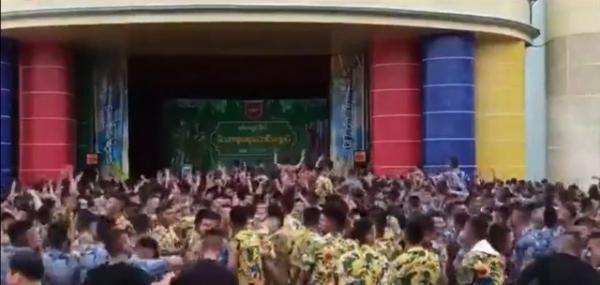 라와디는 15일 사회관계망서비스(SNS) 트위터에 군사학교 생도들로 보이는 짧은 머리의 남성 다수가 교정에 마련된 행사장에서 현란한 음악에 맞춰 춤을 추고 있는 1분 분량의 동영상을 게재했다. ⓒSNS 캡처