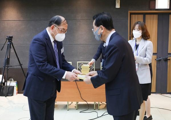 김삼환 이사장(우측)이 비전2030실천운동본부 실행위원으로 김창환 목사(좌측)에 위촉장을 전달하고 있다.