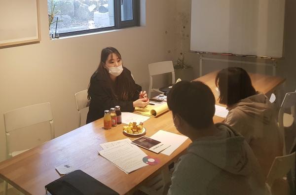입학 관련 상담을 하고 있는 박이슬 교감 선생님
