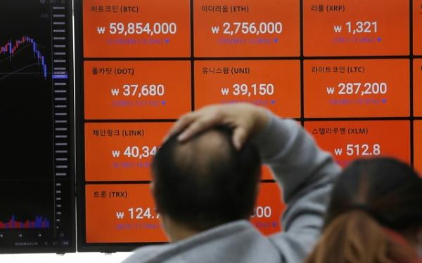 비트코인 국내 거래 가격이 5천만원대 까지 내려간 23일 서울 강남구 암호화폐 거래소 빗썸 강남고객센터에서 전광판에 비트코인 등 거래가격이 표시되고 있다. ⓒ뉴시스