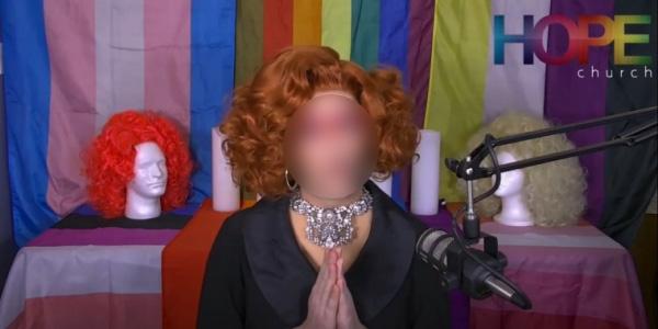여장을 한 남성 성직자 후보생이 온라인 예배를 진행하고 있는 모습.