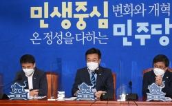 윤호중(가운데) 더불어민주당 원내대표가 6일 오전 서울 여의도 국회에서 열린 정책조정회의에서 발언을 하고 있다.