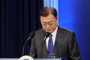 문재인 대통령이 10일 오전 청와대 춘추관 대브리핑룸에서 취임4주년 특별연설에 참석하고 있다.
