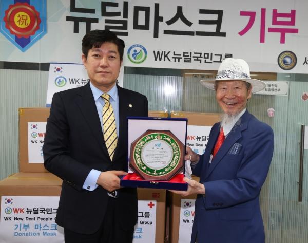 한기총 대표회장 직무대행 김현성 변호사가 WK국민뉴딜그룹에 감사패를 증정하는 모습.
