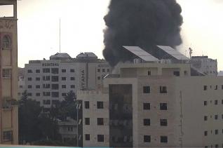 팔레스타인 무장단체 하마스가 이스라엘을 향해 로켓포 공격을 했다. 이에 이스라엘은 보복 공습을 감행했으며, 점점 더 충돌이 격해지고 있는 상황이다. ⓒ영상 캡처