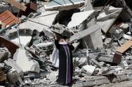 한 팔레스타인 여성이 16일(현지시간) 이스라엘군의 공습으로 파괴된, AP 통신과 알자지라 방송 등 언론들이 입주해 있던 건물의 무너진 잔해 더미 앞에서 비통해 하고 있다. 베냐민 네타냐후 이스라엘 총리는 가자지구에 대한 공습으로 하루 최다 사망자를 발생시킨 이날 가자지구에서의 사망자 수 증가와 휴전 성사를 위한 국제사회의 노력에도 불구, 하마스와의 전투는 계속될 것이라고 밝혔다.