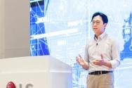 배경훈 LG AI연구원장이 17일 비대면 방식으로 진행된 'AI 토크 콘서트'에서 초거대 인공지능(AI) 개발에 1억 달러를 투자한다고 발표하고 있다. ⓒLG제공