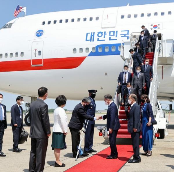문재인 대통령이 19일(현지시각) 한미 정상회담 참석차 미국 워싱턴 앤드류스 공군기지에 도착해 전용기에서 내려 영접나온 관계자들과 인사를 나누고 있다. ⓒ뉴시스