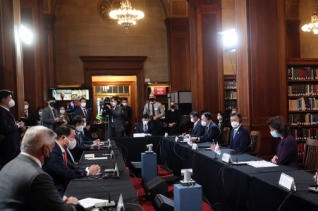 미국을 방문 중인 문재인 대통령이 21일 오전(현지시간) 미국 워싱턴 미 상무부에서 열린 한미 비즈니스 라운드 테이블 행사에 참석해  있다.