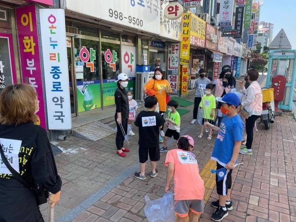 '살리는공동체'가 김포시 운양동 일대에서 '줍깅' 캠페인을 최근 진행했다.