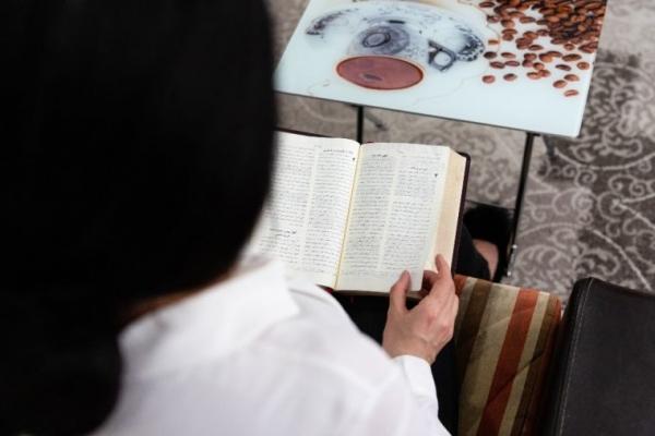 성경을 보고 있는 이란 기독교인