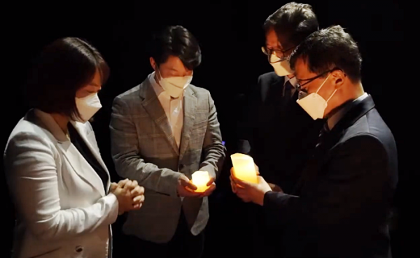 UBF  세계선교보고대회 1부. 일대일과 성경공부를 의미하는 촛불이 다음세대에게 전달되고 있다.