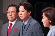 주호영(왼쪽부터), 이준석, 나경원 국민의힘 당대표 후보가 31일 오후 서울 상암 MBC스튜디오에서 열린 100분토론에 참석해 있다.