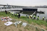 한강 대학생 투신 자살 사건 현장을 수색하는 경찰들