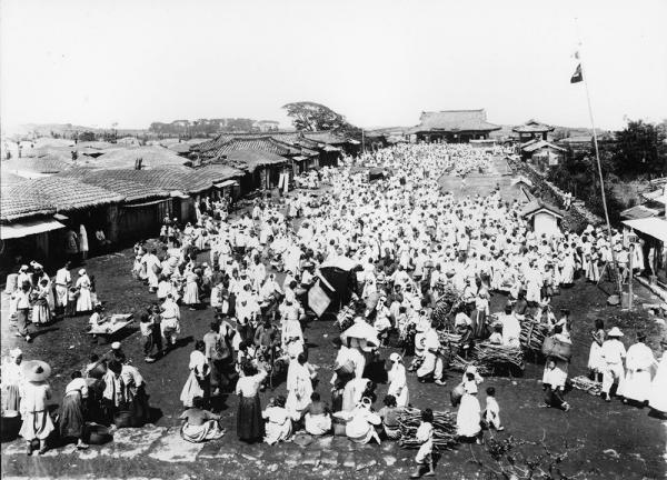 1914년 제주 성내 관덕정 광장 오일장 풍경