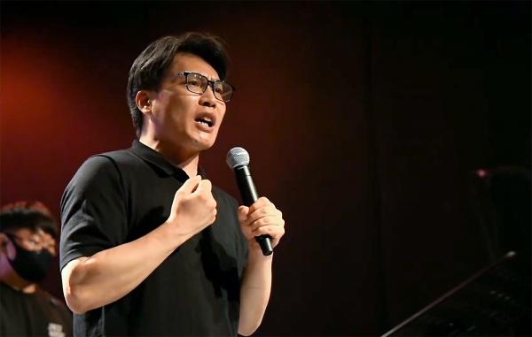 오프닝집회에서 YWAM 한국대학사역 책임자 김재민 간사가 메시지를 전하고 있다.
