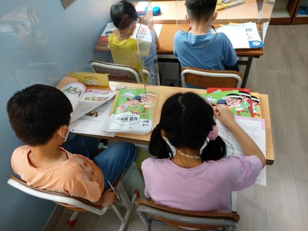 초록우산어린이재단을 통해 7월 8일, 교재를 지원받은 대구광역시 달서구 소재 꿈이 있는 홈스쿨 지역아동센터 이용 아동들이 공부를 하고 있다