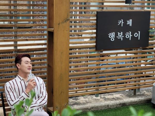 개그맨 김원효가 성민원이 운영하는 카페 행복하이에 홍보를 위해 방문했다.