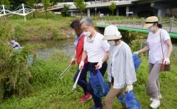 최재형 전 감사원장(오른쪽에서 2번째)이 아내(오른쪽에서 3번째)와 함께 부산 해운대구 인군에서 환경미화 봉사를 하고 있다.
