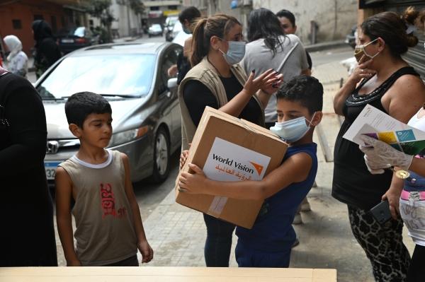 지난해 12월, 월드비전이 베이루트 폭발사고로 피해를 입은 주민들에게 식량을 제공하는 모습