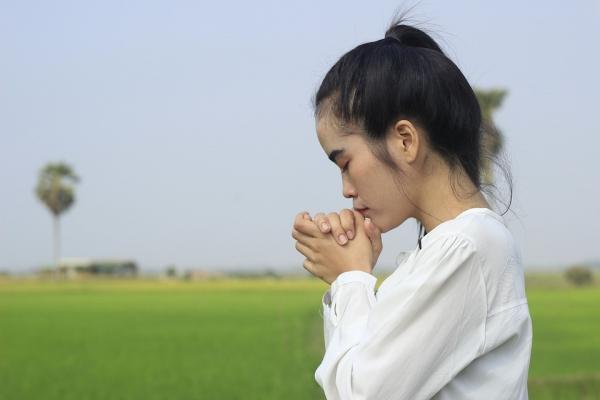 기도하는 여성의 모습