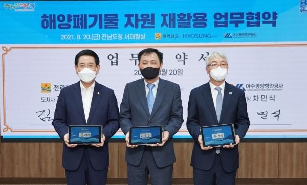 왼쪽부터 김영록 전라남도 도지사, 김용섭 효성티앤씨 대표이사, 차민식 여수광양항만공사 사장