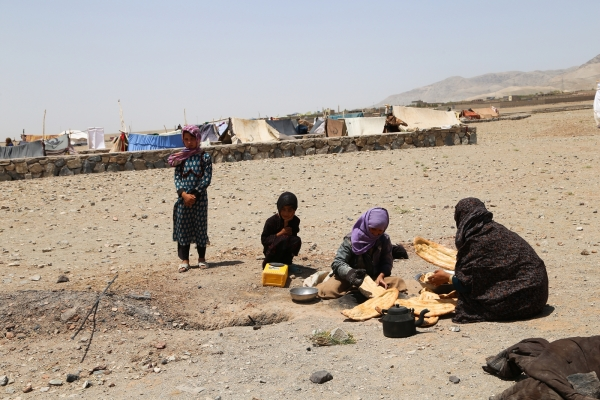 실향민 캠프에서 아프가니스탄 여성이 빵을 굽는 모습