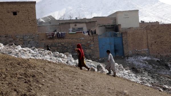 아프가니스탄 아동이 언덕을 오르고 있다. 아프가니스탄은 매년 겨울 기온이 영하 16도까지 내려가고 폭설이 잦다.