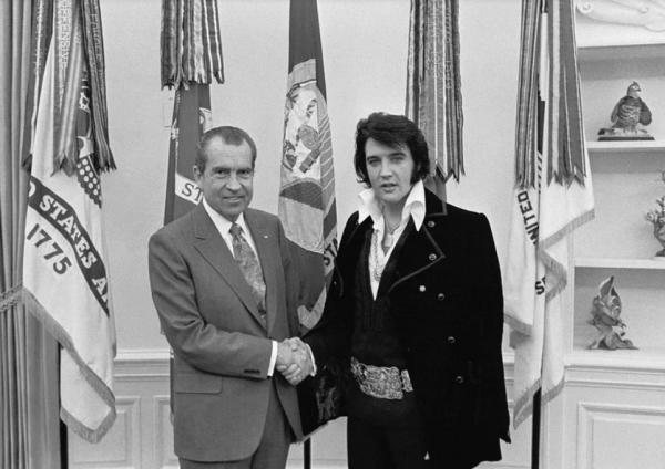 리처드 닉슨 미국 전 대통령(왼쪽)과 엘비스 프레슬리(오른쪽)