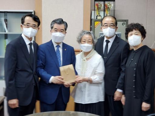 고 정판술 목사의 유가족이 고신대에 발전기금을 기부하는 모습.