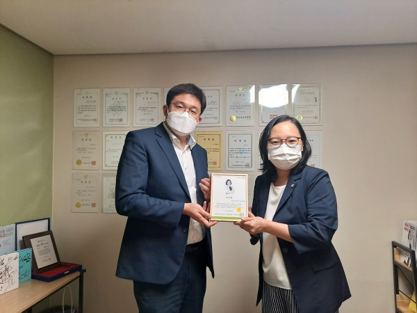 굿네이버스 서울남부지부(지부장 정종훈)는 15일, 송혜미 법률사무소 오페스 대표 변호사를 굿네이버스 서울남부지역후원회 위원으로 위촉했다