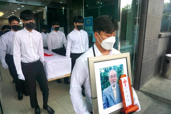 지난 9월 17일 오전 8시, 봉담 장례문화원에서 故 이장식 목사 천국환송예배가 열린 가운데, 이 박사의 마지막 발걸음.