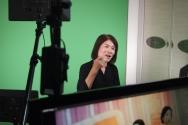 나사렛대학교 수어통역사가 수어통역 영상 제작에 참여하고 있다