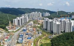 24일 경기도 성남시 분당구 대장동 개발사업 현장에서 건설 작업이 한창 진행되고 있다.
