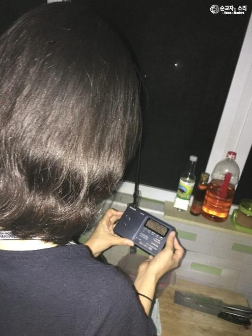 순교자의 소리의 단파 라디오 방송에 채널을 맞추고 있는 한 청취자. 순교자의 소리는 매일 다섯 차례 단파와 중파 라디오 방송을 북한에 송출한다.