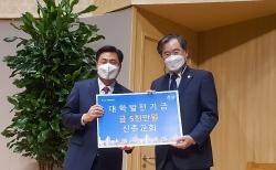 신촌교회 박노훈 목사가 대학발전기금을 서울신대 황덕형 총장에게 전달하고 있다.