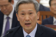 답변하는 김관진 장관
